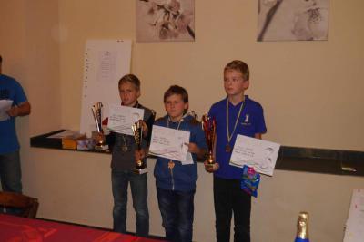 Trojice vítězů kategorie chlapců do dvanácti let. Vlevo od Filipa vítěz turnaje Pavel Opluštil. Úplně vlevo stříbrný Horáček Tibor