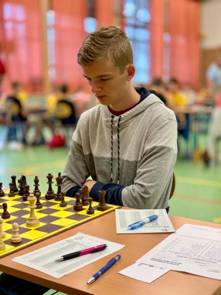 1. šachovnici hrál Filip (7 bodů z 11), pro kterého to byl poslední rok v této souteži.