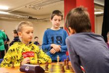 Viktor v boji s Jáchymem, kamarádi z kroužku (FOTO Kryštof Kovařík)
